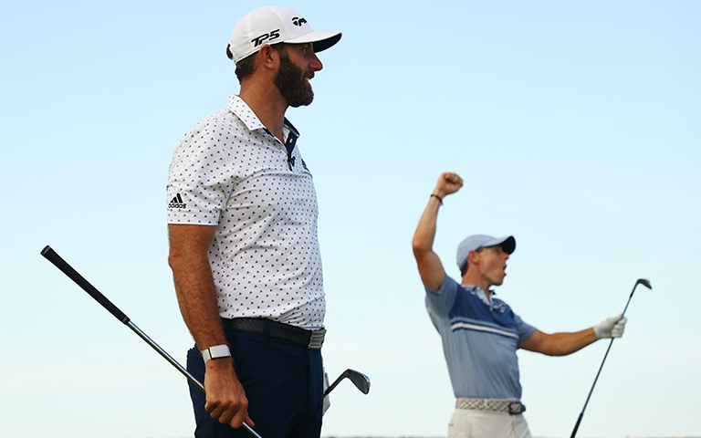 "JUNO BEACH, FLORIDA – 17 MAYO 2020: Rory McIlroy y Dustin Johnson reaccionan en el tee del hoyo 17 tras ganar con el tiro más cercano a la bandera en un playoff contra Rickie Fowler y Matthew Wolff durante el ""TaylorMade Driving Relieve apoyado por UnitedHealth Group"" en Seminole Golf Club in Juno Beach, Florida. (Crédito: Mike Ehrmann/Getty Images)"